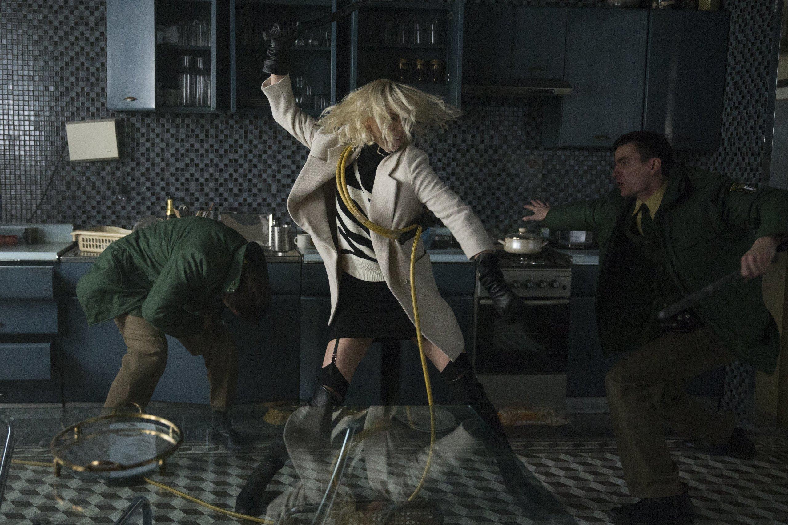Взрывная блондинка, кадр № 1