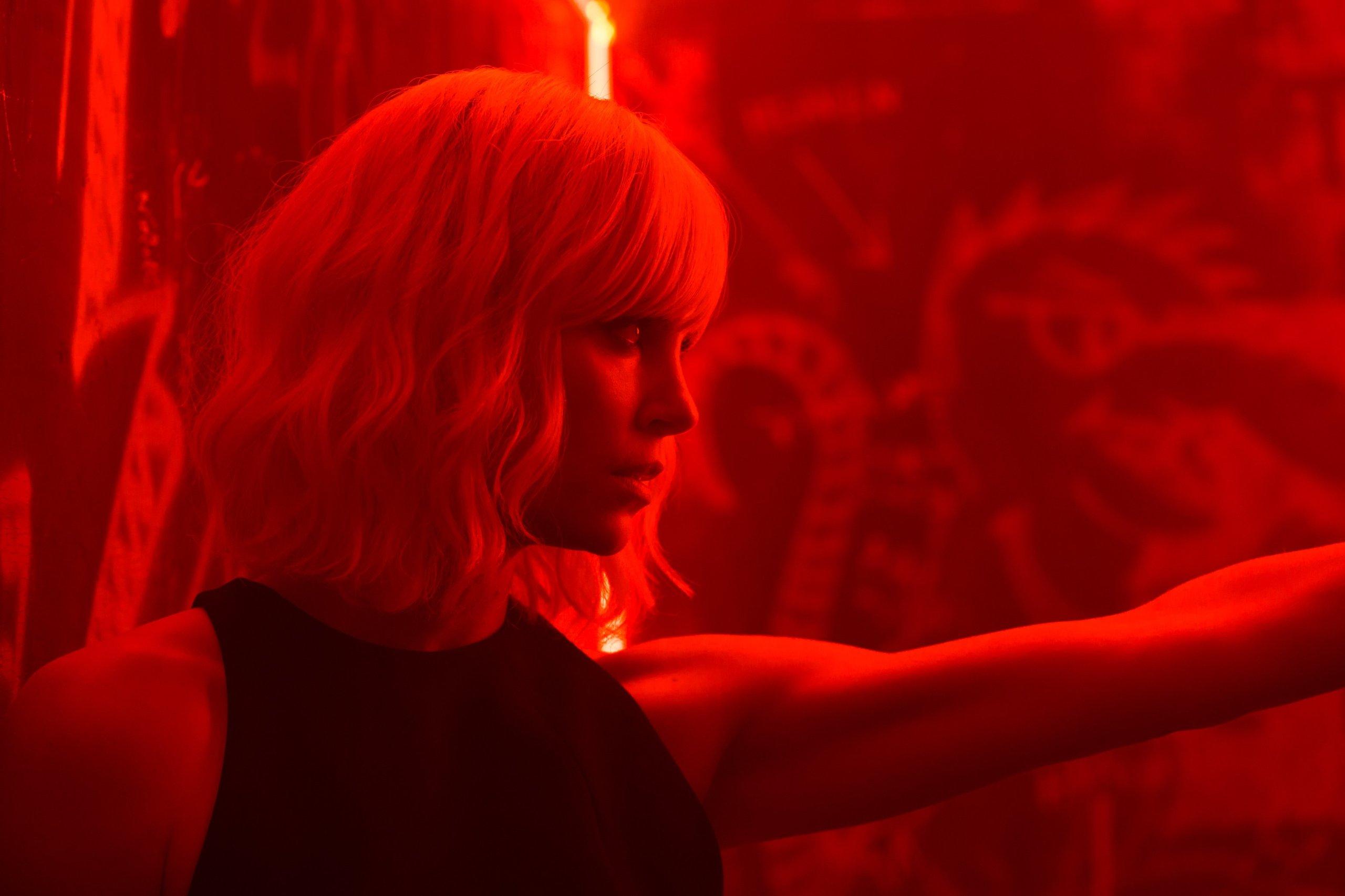 Взрывная блондинка, кадр № 4