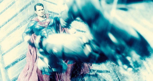«Бэтмен против Супермена» (Batman v Superman: Dawn of Justice)  Режиссёр: Зак Снайдер В ролях: Генри Кавилл, Эми Адамс, Бен Аффлек, Галь Гадот, Джейсон Момоа, Дайан Лэйн, Джесси Айзенберг, Джереми Айронс, Холли Хантер, Лоуренс Фишбурн, Каллэн Мулвей, Рэй Фишер, Тао Окамото